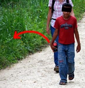 Enfant maya avec bouteille de soda