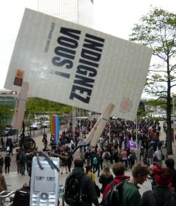 """Mobilou brandit le livre """"Indignez-vous"""" de Stephane Hessel"""