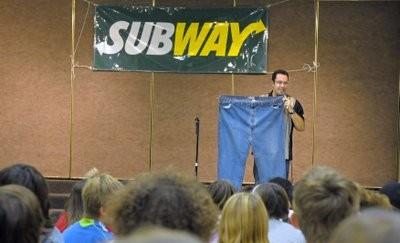 Vous voulez maigrir ? Faites comme Jared Fogle : il a perdu 111 kilos en mangeant des sandwiches Subway ! (ah oui, au fait : il a écrit un livre !)