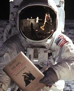 La mission Apollo 11 figure dans le livre, pour expliquer que ce n'est PAS une imposture