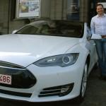 Bert est fier de sa Tesla S