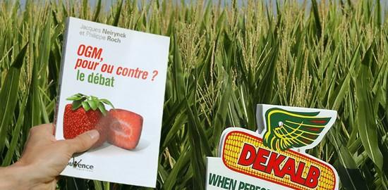 """Le livre """"OGM pour ou contre"""", et derrière un champ de maïs Dekalb"""
